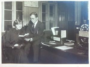 """1.Overvågning anno 1915: to unge telegrafister ved Københavns Hovedtelegrafstation assisterer den topphemmelige """"Kystcentral"""" med tydningen af et indkommet telegram."""