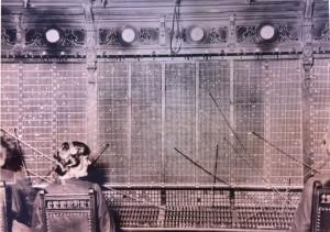 Telefonistinde ved KTAS store telefoncentral i Jorcks Passage, cirka 1904. (Post & Tele Museum)